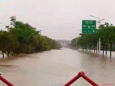 暴雨致南京云台山河决堤 禄口机场高速双向封闭