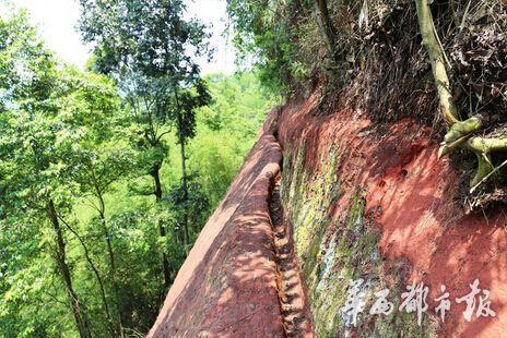 建在悬崖峭壁上的堰渠