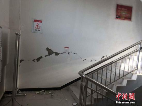 据中国地震台网测定,北京时间7月3日9时7分,在新疆维吾尔自治区和田地区皮山县发生6.5级地震,震中位于北纬37.6度,东经78.2度,震源深度10千米。据当地民众拍摄的图片显示,皮山县县城有房屋出现裂痕。付强 摄