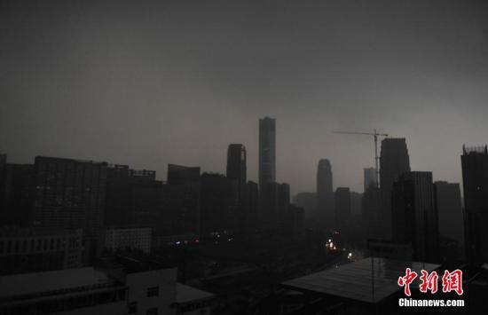 """暴雨""""接棒""""高温成中国近期主流天气"""