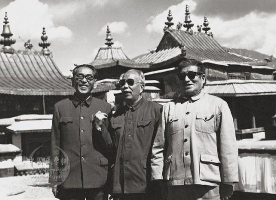 1980年5月30日,万里(中)参观布达拉宫。