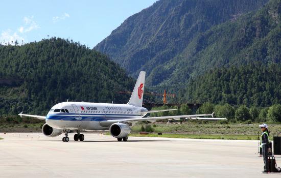 北京—林芝首航客机抵达林芝机场