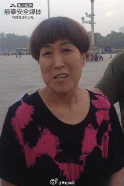 天津的黄女士夫妇特意赶到天安门广场观看为悼念万里同志逝世举行的降半旗仪式。