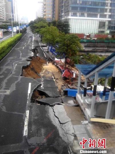 佛山郊区一段百米长的路面坍塌 禅城区 摄