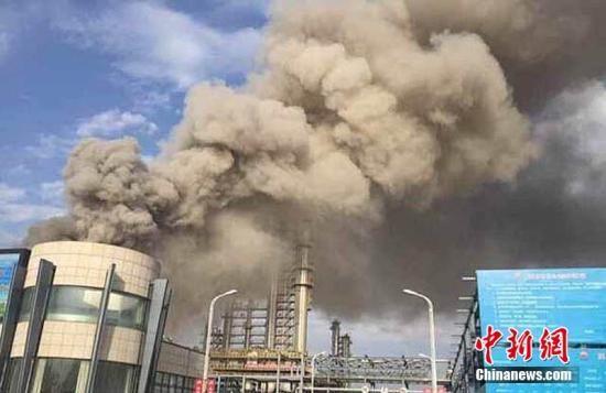 26日,甘肃庆阳市委外宣办披露,当日7时01分,中国石油庆阳石化公司常压装置渣油换热器发生泄露着火 。钟欣 摄