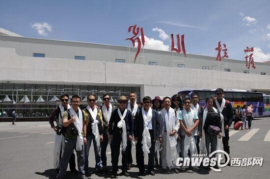 """7月21日午时,陕西省委网信办安排的""""陕藏情・阿里行""""采访团通过3个多小时的航程到达西藏首府拉萨。(拍照 陈文德)"""