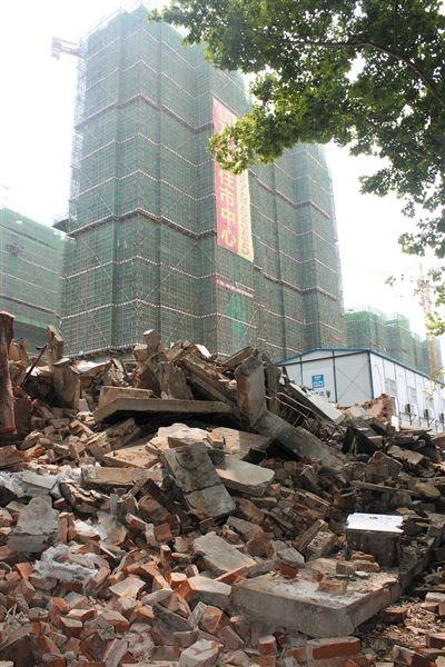7月21日,麻伟玲、胡凯母子居住的6号楼现已被全部拆除。废墟后为名门地产公司建设中的回迁新房。