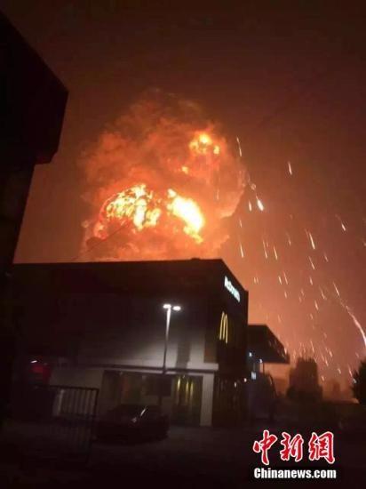 天津滨海新区爆炸火势已被控制两名消防员失联