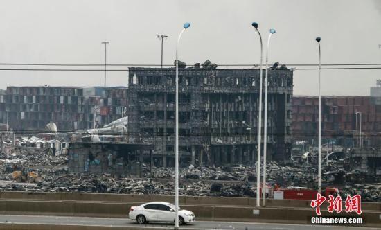 8月14日中午,天津滨海新区爆炸事故现场一片狼藉,现场的楼房被爆炸燃烧得面目全非。 中新社发 张浩 摄