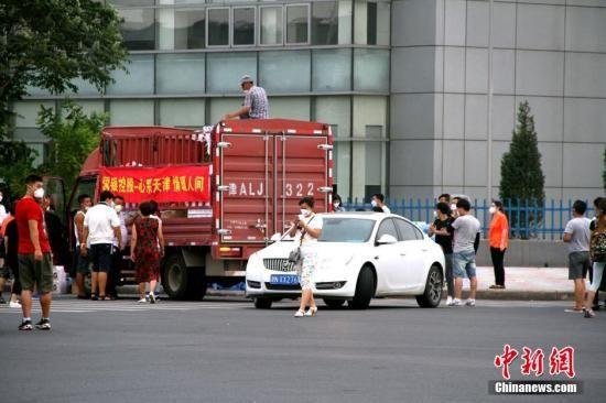 资料图:8月14日,爱心企业人士为参与天津港爆炸事故救灾的消防官兵送来帐篷和床铺。此前40多小时,天津消防战士一直睡在水泥地和草坪上。 中新社发 张道正 摄