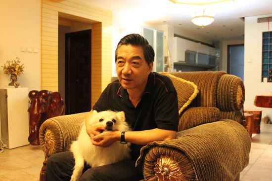 9月10日,张召忠抱着爱犬贝贝,在国防大学的居所和晨报记者聊了三个半小时。 晨报首席记者 贺莉丹