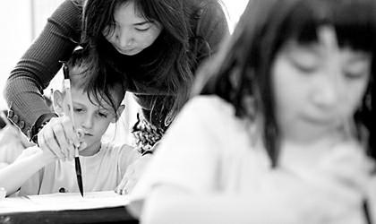 外国小朋友练起书法来也一丝不苟