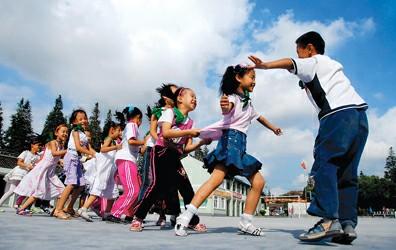 图为孩子们正在操场上玩游戏肖健