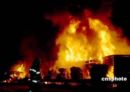 图文:福州高速大货车追尾后爆炸起火