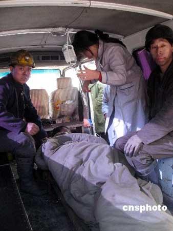 组图:获救矿工被救护车送往医院救治