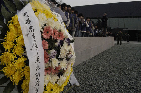 图文:日本南京留学生敬献的花圈