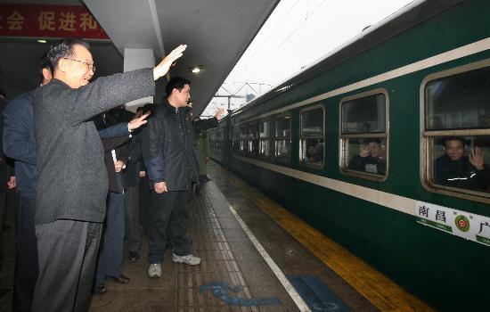 图文:温家宝在广州火车站看望旅客