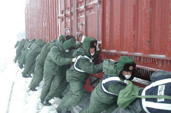图文:广东边防官兵参加抗雪救灾