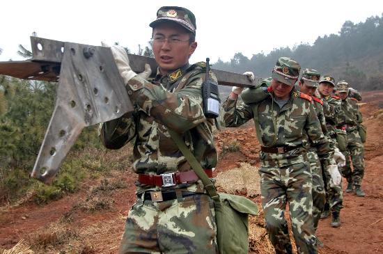 图文:武警官兵在云南省曲靖市抢修电力设施