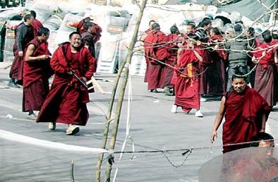 """这名不法僧人疯狂攻击我武警官兵,随后又抢走警棍,这是""""中国军人"""