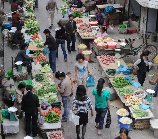 区的居民在菜市场买菜