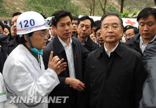图文:温家宝总理来到地震重灾区北川县
