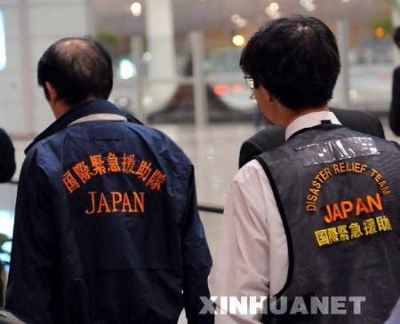 首批日方救援人员抵达成都赶往青川(组图)