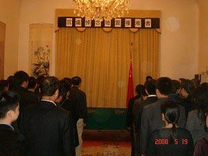 中国驻意大利使馆为地震罹难者默哀(组图)