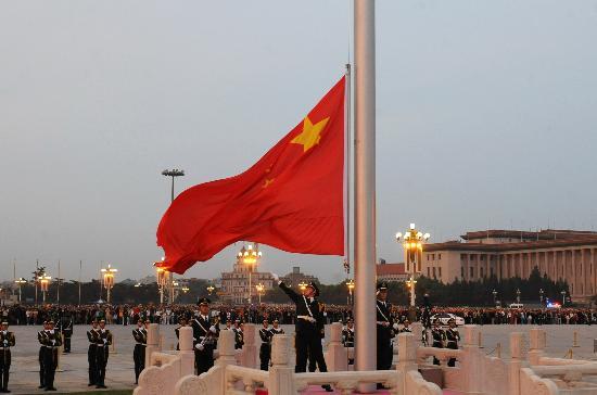 图文:北京天安门广场在正常的升旗仪式后下半旗