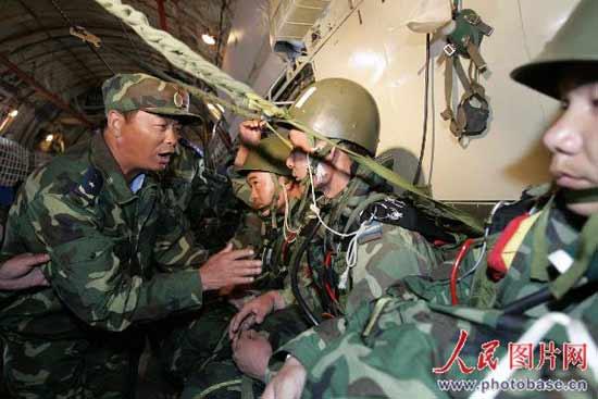 图文:副军长姚恒斌为伞兵加油鼓劲