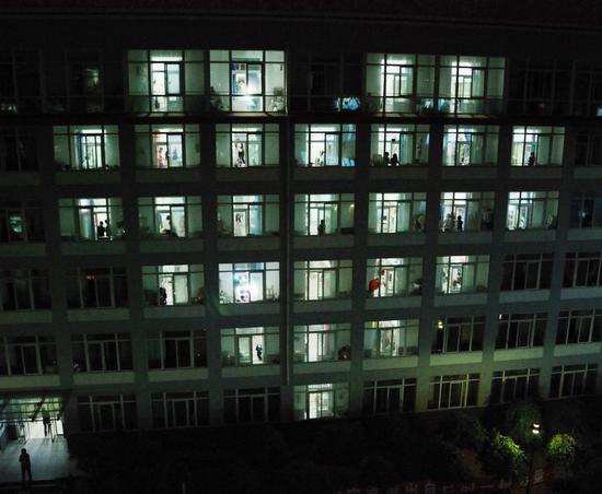 图文:大学生用宿舍楼灯光拼成心型祝福灾区图片