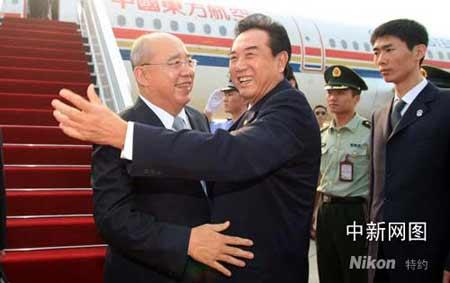 组图:中国国民党主席吴伯雄率团抵达南京
