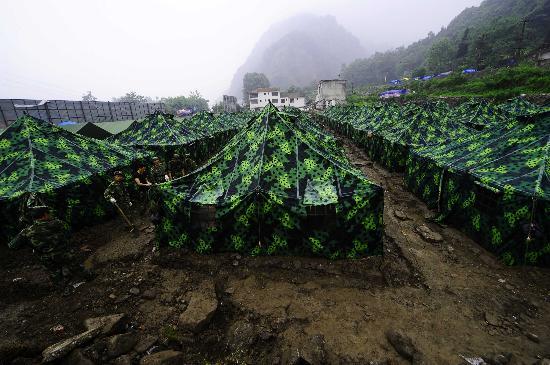图文:济南战士在受灾百姓安置点挖掘排水通道