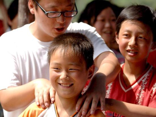"""图文:灾区儿童在志愿者指导下学""""减压"""""""