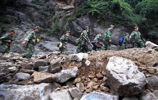 图文:搜救人员在映秀镇附近进行搜救
