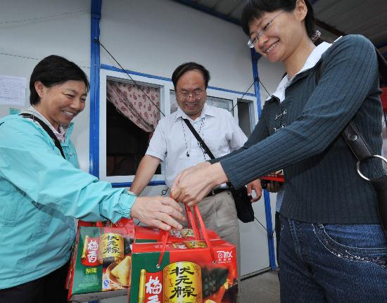 图文:绵竹市民将粽子送到江苏省建设者手中