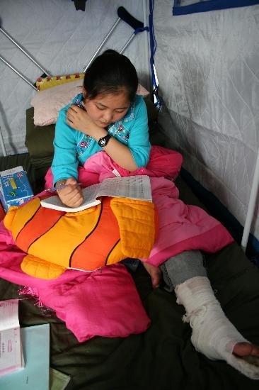 图文:北川女孩在救济点的帐篷里复习功课