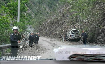 组图:四川理县境内山体崩塌致部分路段受阻
