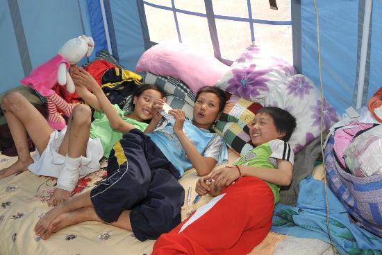 图文:三个孩子在帐篷里开心交谈