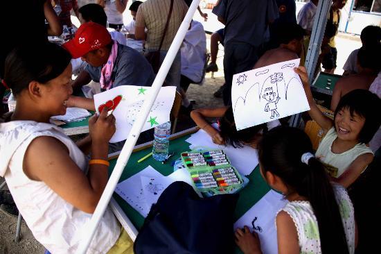 图文:几位儿童在画描述帐篷生活的图画