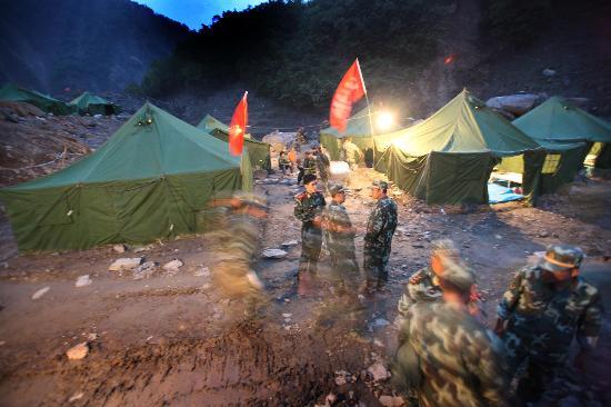 图文:记者与战士们夜宿堰塞湖