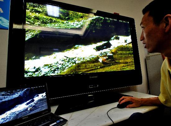 图文:工作人员通过视频观察堰塞湖水位变化