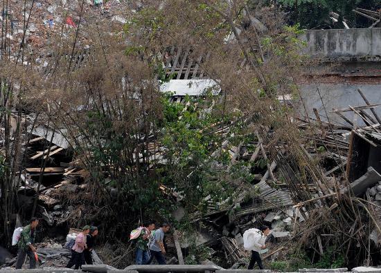 图文:汶川水磨镇农民穿越废墟准备重建家园