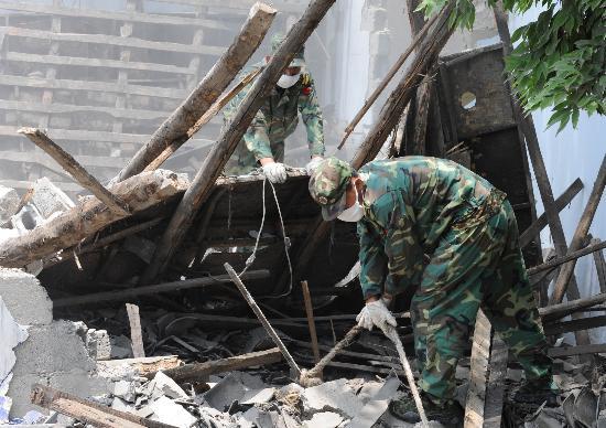 图文:解放军在帮助绵竹市石河村清除危房