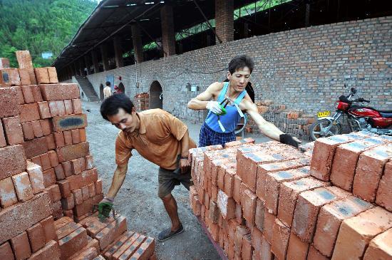 图文:广元市大石镇四联砖厂的工人在搬运砖块