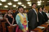 图文:开幕式与会代表高唱国歌