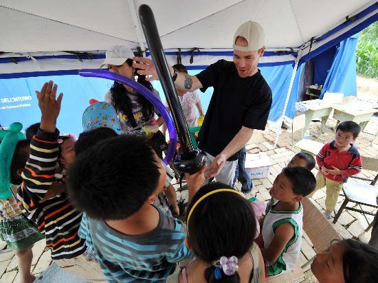 图文:美国的志愿者在为学生展示气球玩具