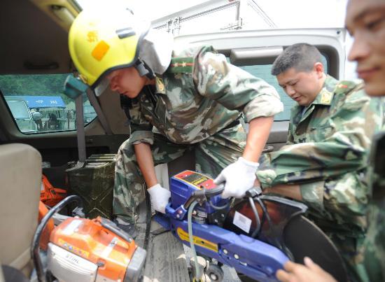 图文:搜救人员在汶川县映秀镇搬运切割设备