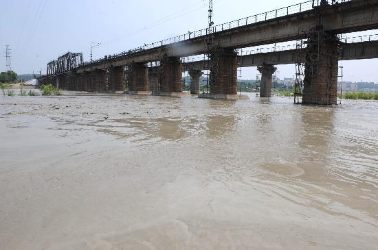 图文:宝成铁路涪江大桥下水流加大