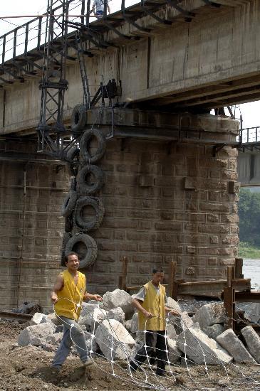 图文:四川绵阳启动橙色预警涪江大桥紧张施工